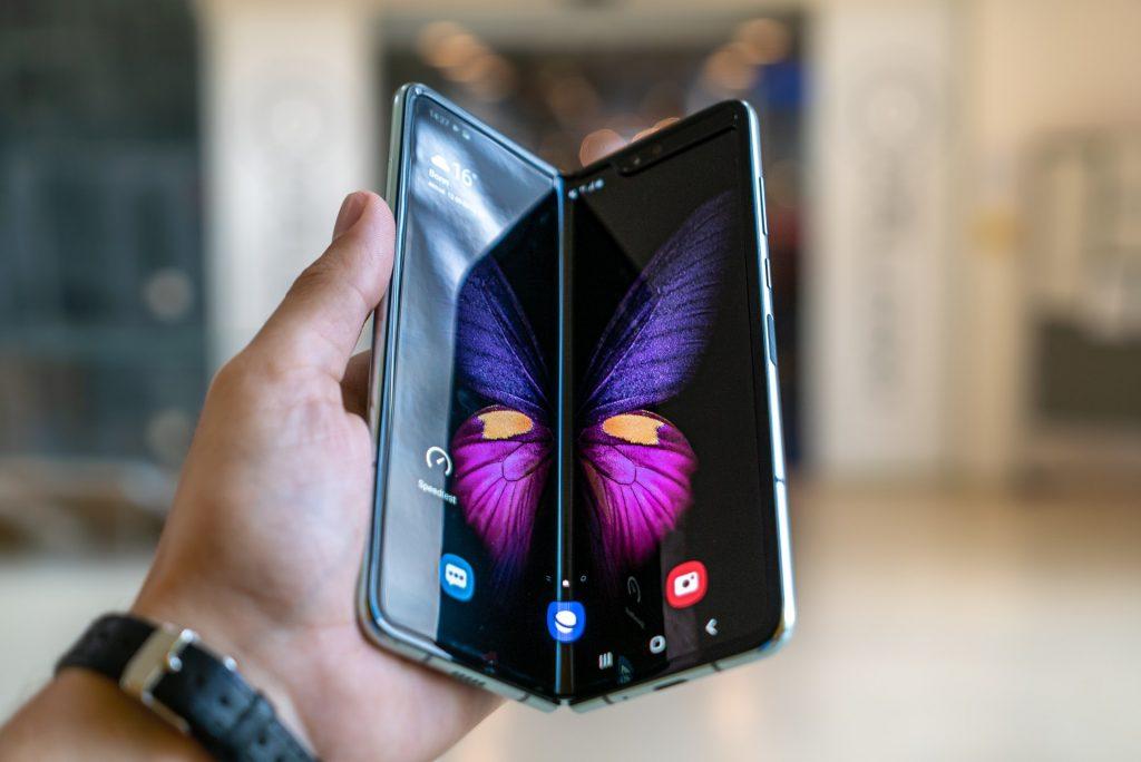 folding smartphone display